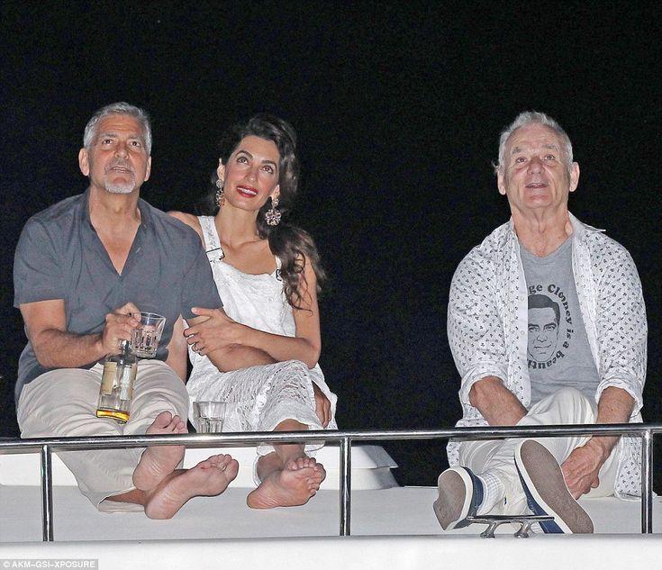 Билл Мюррей с супругами Клуни в футболке «Джордж Клуни — красивый мужчина»