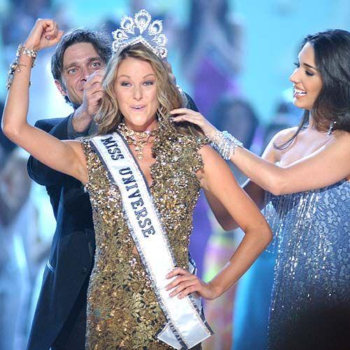 Jennifer Hawkins, from Australia, gets crowned as Miss Universe 2004, Amelia Vega, Miss Universe 2003 greets her successor.