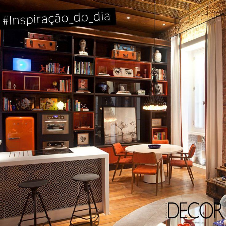 A cor laranja predomina neste espaço gourmet com referências nos estilos vintage e industrial. Juntamente com a mesa, a bancada acomoda confortavelmente um pequeno grupo de maneira descontraída. Inspire-se nesta atmosfera irreverente para compor ambientes de jantar!