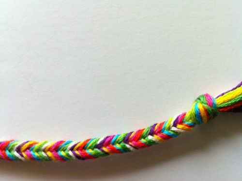 fishtail braided embroidery floss bracelet tutorial - very nice tutorial http://cally-cruze.blogspot.in/2012/10/girls-camp-crafts-fishtail-bracelets.html
