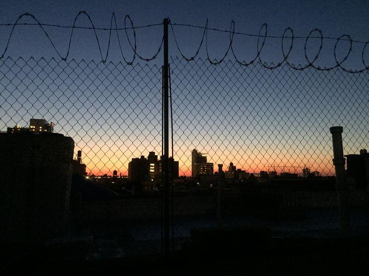 NYC COLUMN # 12  小林晃子氏によるコラム12回目。引っ越しを控えた小林氏に起こった出来事。 ニューヨークの物件事情と、泣きたくなっちゃう様な、カルチャーの違い。 今月もお届け致します。  THE HOUSING SITUATION  ニューヨークのハウス事情。 ルームシェア大変でしょう?とか家賃高いでしょう?とか よく聞かれるけど、 うん、本当に大変。  ニューヨークでルームシェアは当たり前。 一人で住めるものなら住みたいものだが、 家賃が高すぎてそんなこと言ってられないのが現状。 ニューヨークに住んで2年4ヶ月、その中ですでに引っ越し4回。 今までシェアしてきた子はオランダ人、フランス人、アメリカ人。 文化が違くて大変なこともあるが、基本楽しく過ごしている。  ヘルズキッチンに住んでいたときのおうちはルーフトップでよくご飯をたべたり。 今回9月1日に5回目の引っ越しをする。  新しい家はとても可愛いくロケーションも 完璧。 ただただ早く引っ越したいと うきうきしてる♡ が、いま、とても面倒なことに直面している。 …