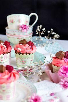 Himbeer-Schoko Cupcakes für Verliebte - eine romantische Rezept Idee zum Valentinstag. Ein süßes Dessert mit Herz für ihr Valentinstag Menue.