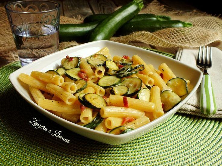 Questi sedanini con zucchine e speck sono un primo piatto davvero appetitoso, reso molto invitante dalla morbida cremina di formaggio che avvolge la pasta.