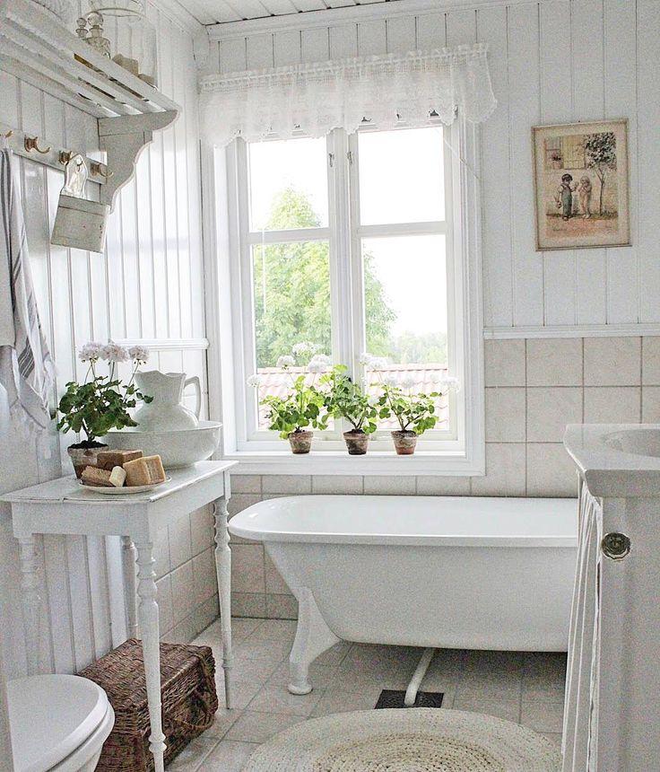 God morgen fra vårt lille landlige bad. Hatthylla funker fint til oppbevaring av håndklær og annet man måtte trenge her inne. Fant den på en antikkbutikk i Danmark og ga den et lett strøk med hvitt. Heklekappa i vinduet har min flinke mamma laget. Nyt din torsdag. 💛   #vakrehjemoginterior #levlandlig