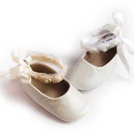 И вие ли мислите същото? Да... нежни като балерина, светли и чисти като детската душа. А дали с тях вашата принцеса няма да се вдъхнови? Детски обувки за прохождане изработени от естествена кожа , с мека подметка.Украсени с декоративна дантела, цветя от плат и перли. Предлагат се в два цвята-бяло и екрю. www.bubukabg.com