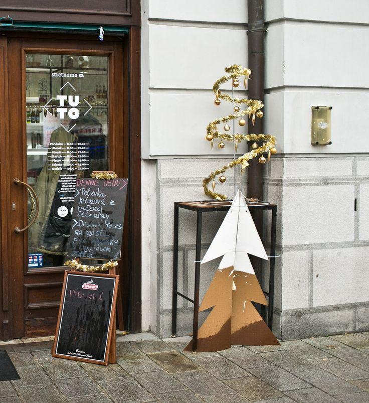 V TUTO pri Starej Tržnici sme zdobili vianočné stromčeky :) www.IKEA.sk/Vianoce