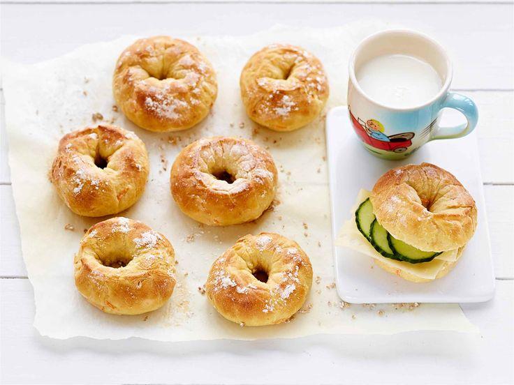Porkkanaiset rinkelit Rinkeliksi leivottu sämpylä pysyy pienessä kädessä. Ota lapset mukaan leipomaan, se on kivaa yhdessäoloa.  http://www.valio.fi/reseptit/porkkanaiset-rinkelit-alkaen-1-v/  #valio #resepti #ruoka #recipe #food