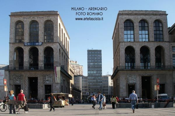 Milano - Grattacielo di piazza Diaz  sullo sfondo in mezzo all' Arengario  e Sacrario dei Martiri Fascisti in piazza Duomo  Arch. Baciocchi Mario e  Marcello Piacentini.