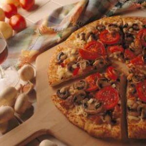 Pizza cu ciuperci.  Aluat:    - 300 g faina    - 100 g margarina    - 100 ml lapte    - 15 g drojdie    - sare    - un galbenus      Compozitie:    - 2 cepe    - ulei    - 1/2 kg ciuperci    - 1/2 kg carne tocata    - condimente    - 1/2 l bulion    - cascaval   - 2-3 oua