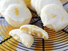 Křehké citrónové cukroví s citrónovou polevou.