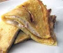 HAM & KAAS FLAPJES: 1 ei ½ tas melk ½ tas bloem 100gr geraspte emmental  50gr hesp 1 tas melk 1 epl bloem Boter 1. Meng voor het pannenkoekendeeg 1 ei, ½ tas melk, ½ tas bloem en een snuif zout 2. Bak dunne pannenkoeken met het deeg 3. Maak voor de vulling een roux met één elp boter en één elp bloem 4. Voeg één tas melk toe (al roerend). Voeg geraspte kaas en ham toe als klonters weg zijn Kruid met peper, zout en nootmuskaat 5. Vul de pannenkoeken, vouw dicht en bak ze krokant in droge pan