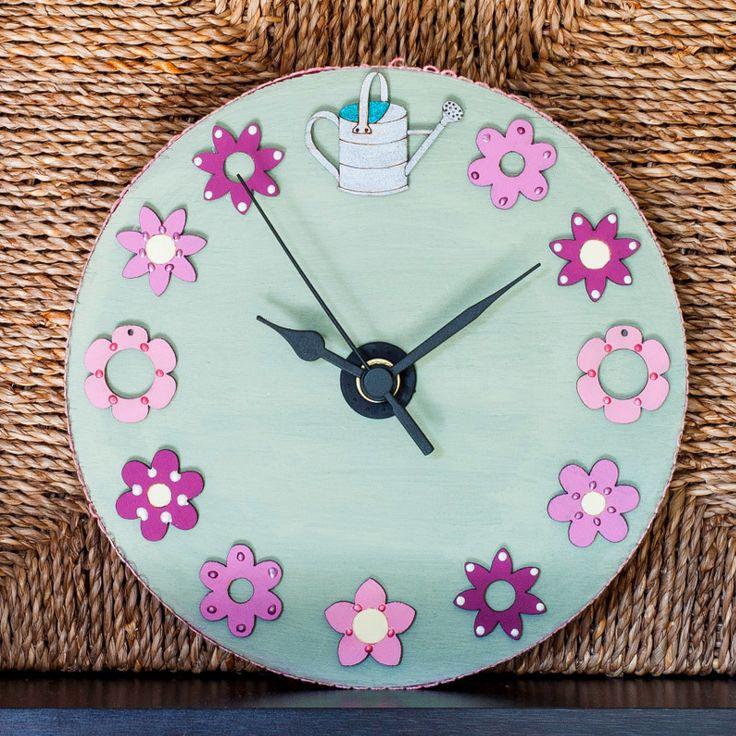 Für die Blumenuhr wird der Kreis förmliche Holzplatte mit Lasurgel und die Blumen mit Acrylfarbe bemalt. Damit kann man kleine Flächen gut bemalen oder auch feine Dekorationen auftragen. Nachdem alle Holzfiguren bemalt und dekoriert sind werden sie auf dem Kreis aufgelegt. Erst wenn man mit der Anordnung zufrieden ist, sollte man zum Bastelkleber greifen. Nun muss man nur noch das Uhrwerk einbauen und schon hat man eine wunderschöne Uhr, mit der man jedes Zimmer dekorieren kann.