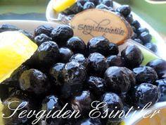 Yeşil zeytin yapımından  sonra sıra siyah zeytin yapımına geldi ..   Zeytinlerimi üniversiteden arkadaşım Güliz, Edremitten gönderdi sa...