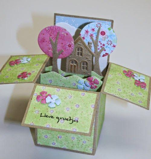 'Card in a box' met een huisje en boompjes. - In juni werd er tijdens een aanschuifworkshop bij Marjolein Zweed Creatief kaarten met een huisje en boompjes gemaakt. En tijdens de cursus 'Kaarten en kado-envelopjes maken' werd er een zogenaamde 'card in a box' gemaakt. Deze twee ideeën zijn hier gecombineerd.