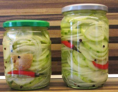 Komkommer en ui in het zuur.