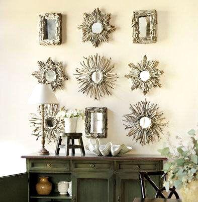 Pequenos espelhos emoldurados com galhos secos montam um lindo painel sobre o aparador