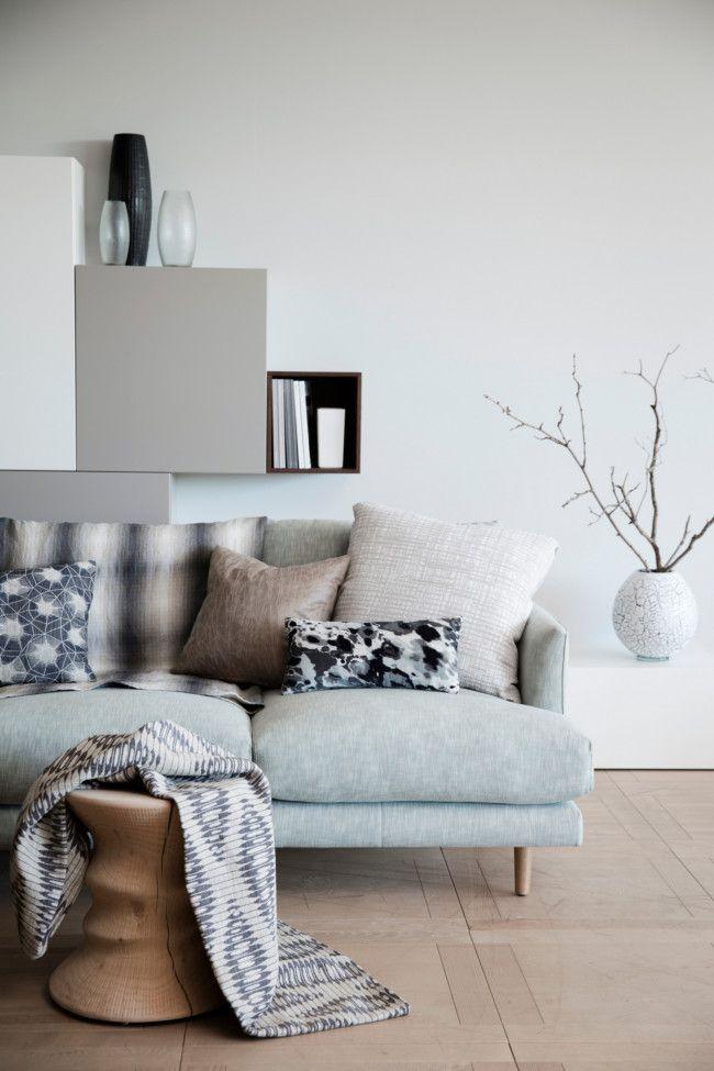 salon design dans une déclinaison de gris avec des coussins graphiques grecs and white and a hint of mint