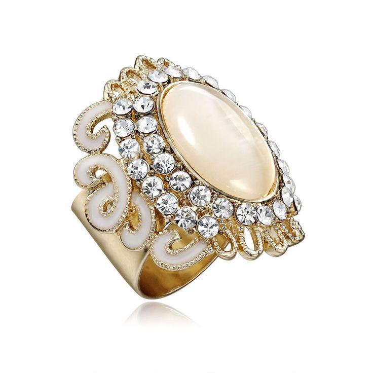 Exkluzívna ozdoba s názvom Opal v sebe skrýva luxus tohto minerálu, ktorý je považovaný za drahokam. Prstenec je krásny ako na obrázku. Ozdoba je rúrkovitého vzhľadu, aby bolo možné ľahké upnutie na šatku alebo šál.  Táto ozdoba na hodvábne šatky a šály je vyrobená z kvalitných materiálov (zliatín), ktoré sú následne pozlátené. Šatka so šperkom spraví z Vášho oblečenia ozdobu! Oživte svoj šatník vkusným luxusným doplnkom.