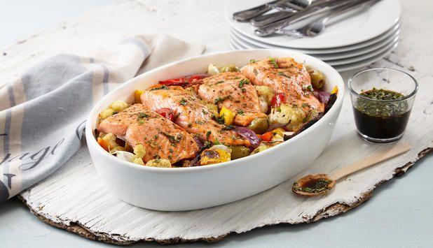 I denne oppskriften med ørret stekes alt i stekeovnen, og grønnsakene får en god smak av hvitløk. En rett som passer både til hverdag og helg.