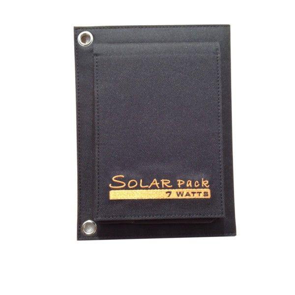 Il Caricabatterie ad energia solare Solar Pack ha una comada e pratica tasca con cavetto USB incorporato.Il caricabatterie solare è privo di batteria interna per questo, quando ci sono giornate nuvolose o di pioggia, il caricabatterie ad energia solare smette di funzionare e quando c'è il sole, il caricabatterie solare ritorna a funzionare automaticamente.Il caricabatterie solare è dotato di due pannelli solari da 7W totali che riescono a caricare dispositivi come Ipad, Iphone, Ipod, ...