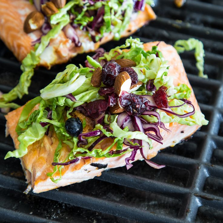 gegrilltes Lachsfilet mit Power-Salat und Sesam-Vinaigrette