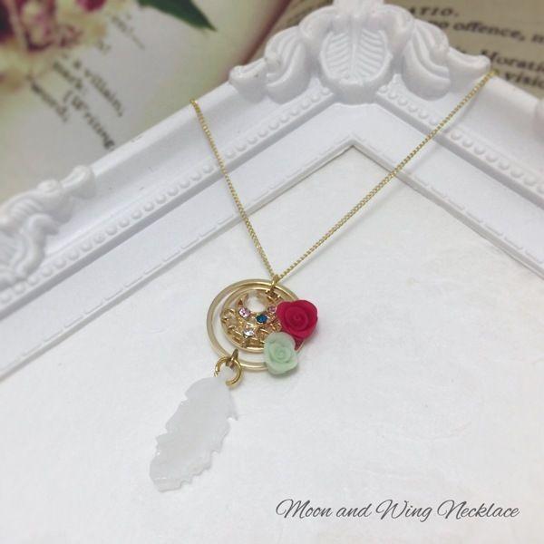 月と羽根が揺れるネックレスです。春にむけて少し華やかなデザインになっています。※輪っかの重なり部分に薔薇の赤い粘土が付着していますが、モチーフが重なり合うデザインのため使用時は見えなくなります。こちらご了承の上、お買い求め下さい。●カラー:ピンク 白 赤 緑 青●サイズ:本体 5cm チェーン40cm アジャスター 5cm●素材:レジン 粘土●注意事項:ハンドメイドにつき既製品のような強度がありません。優しくお取り扱い願います。●作家名:ネコ楽#メルヘン #ゆめかわ #可愛い #ゆめかわいい #キラキラ  #メルヘン #レジン  #月 #羽  #ファンシー #ガーリー  #ロリータ #ドリーミー #乙女 #お姫様 #甘ロリ #原宿系 #魔女っこ #ネックレス #ハンドメイドネックレス #handmade #handmadeaccessory #accessory #ハンドメイド #ハンドメイドアクセサリー #手作り…