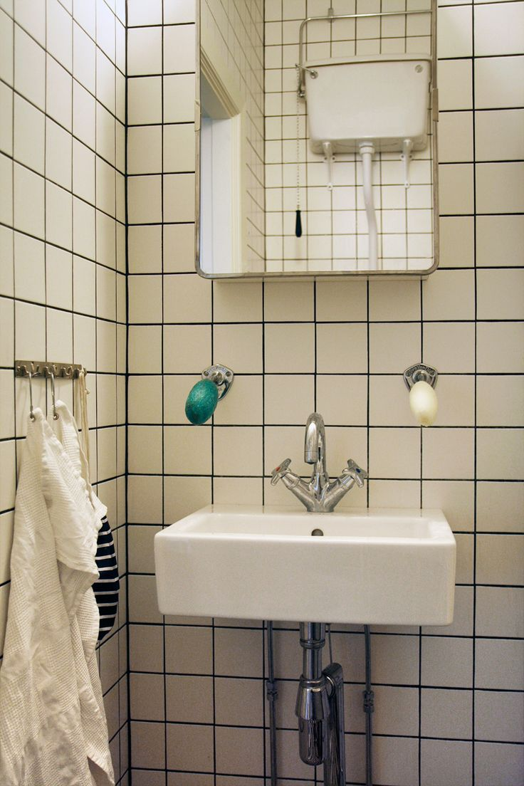 Klassiskt badrumsskåp med svängbar spegeldörr och rostfri spegelram 2 hyllor Mått på
