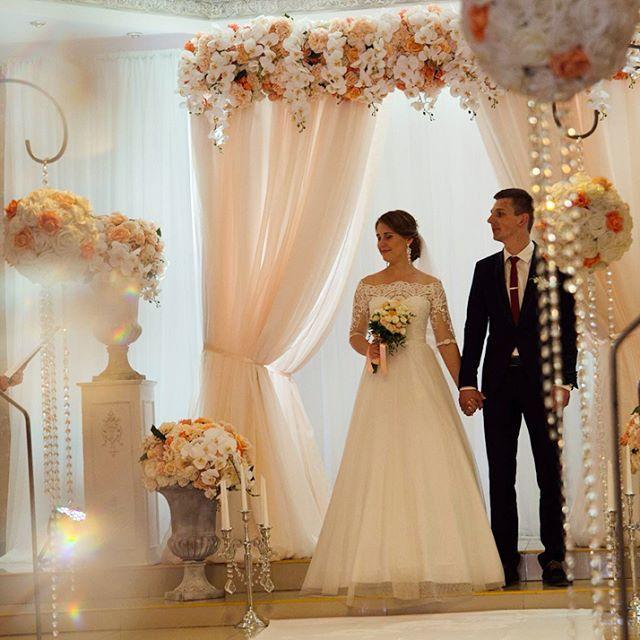 Выездная церемония в персиковом и пудренном цвете. Свадебные тренды 2018. Самая красивая свадьба года для вас  К выбору свадебной арки нужно подходить очень осторожно, ведь от свадебной арочки зависит и ваше свадебное фото, то как невеста в свадебный день будет выглядеть на свадебной фотографии