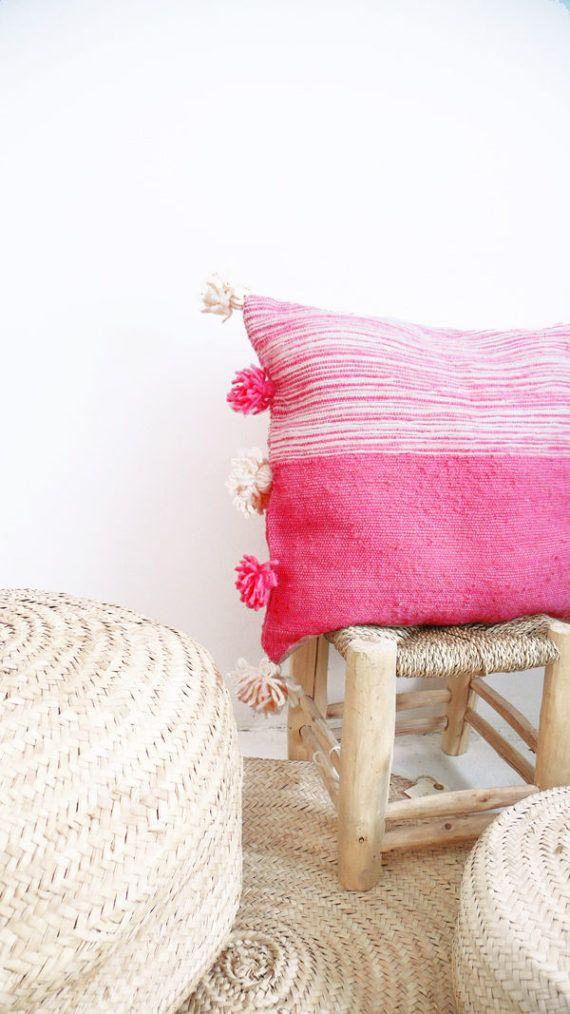 Marokkanische POM POM Kissenbezug - natürliche Wolle ungefärbt mit rosa Streifen