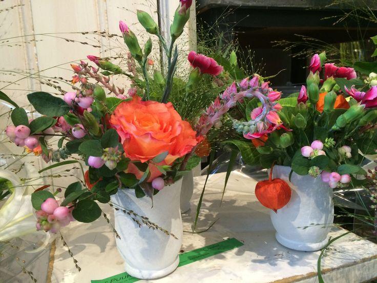 klein boeket van oa free spirit roos, tros anjers, echeveria en snowberry