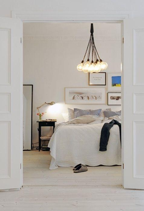 Table de chevet noire, lampe cuivrée