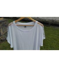 Dámské tričko s krátkým rukávem a volným výstřihem. Tričko je vyrobené z lehké bavlny, která je vhodná do horkých dnů. Na tričku je umístěna aplikace strojové krajky na ramenou.