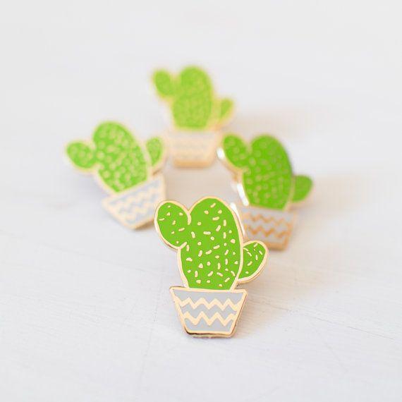 Un gordito poco verde cactus en una maceta gris claro, detallado con metal color oro.  Hecho de la más alta calidad duro del esmalte, este perno