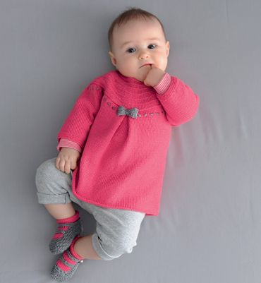 Modèle robe unie à noeud bébé - Modèles tricot layette - Phildar // claradeparis.com ♥