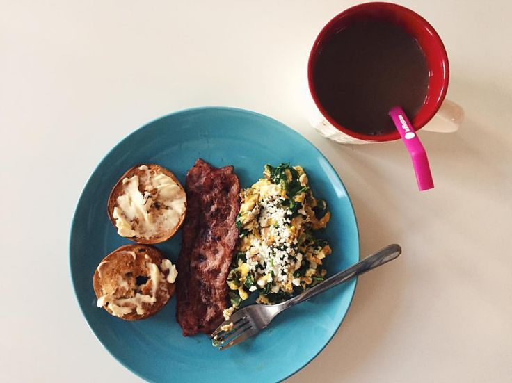 (@wildlyjulianna) breakfast is just the best ·· mini cinnamon raisin bagel with olive oil/butter spread, uncured turkey bacon, and a veggie egg scramble with goat cheese  + the usual @peetscoffee ☕️ ·· nothing makes me happier than starting the day on the right foot! #healthyeats //// MyFood getost äggröra frulle