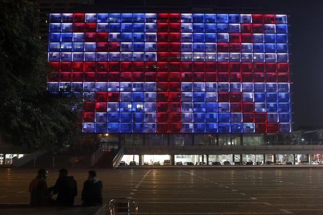Britse vlag op gemeentehuis Tel Aviv  Het gemeentehuis in Tel Aviv is uit solidariteit voor de slachtoffers van de aanslag in Londen ondergedompeld in de Britse tweekleur. http://www.volkskrant.nl/buitenland/live-zeven-arrestaties-in-verband-met-aanslag-in-londen~a4477945/live?timestamp=1490255880000&offset=10