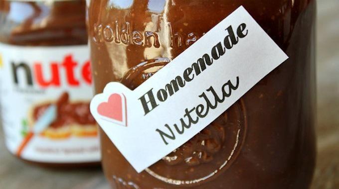 Le Nutellavous ne voulez plus en acheter pour son huile de palme ? 100g noisettes décortiquées passées au four 25mn à 150°,50g chocolat lait,4 cas sucre glace,1 cas huile arachide ou autre, 1cas cacao non sucré, 4 gouttes extrait de vanille.