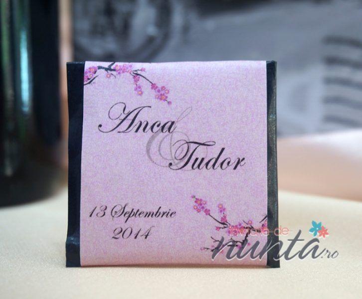 Marturie de nunta tableta de ciocolata Cherry Blossom, decorata cu eticheta de culoare roz cu flori de cires. Eticheta se personalizeaza cu numele mirilor si data nuntii.