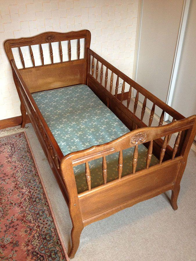 Lit d'enfant bébé en bois ancien avec matelas