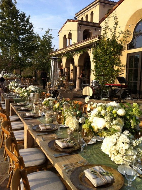 Tuscan tablescape and ambiance ... loooove the colors here, very natural ...