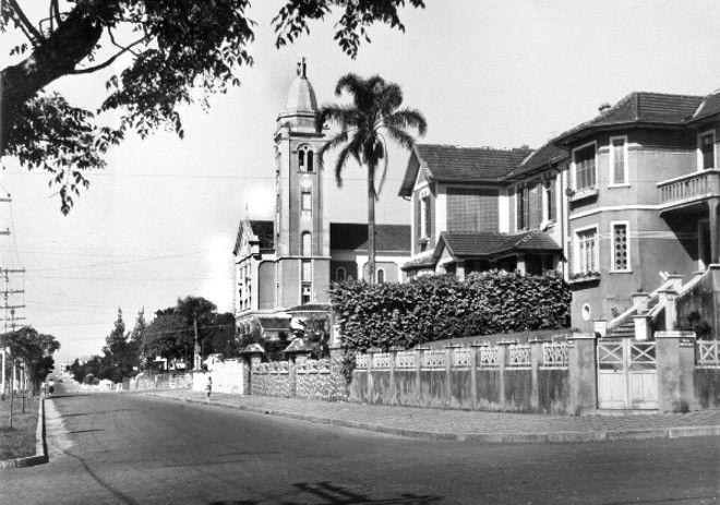 Templos na paisagem de Curitiba | Nostalgia | Gazeta do Povo - Avenida Visconde de Guarapuava e a Igreja de Santa Terezinha, em 1950.