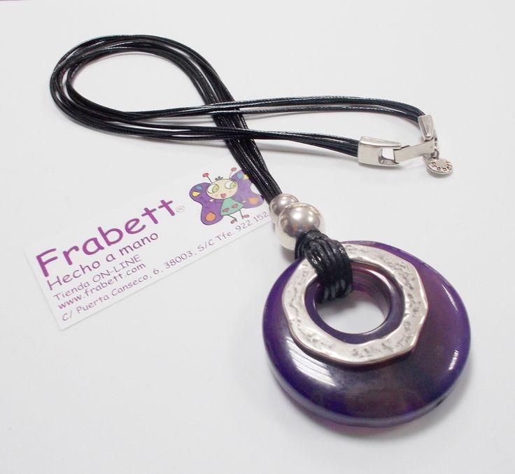 Collar Sirio Violeta con hilo de algodón negro, piezas de Zamak con baño de plata y piedra natural Ágata en color violeta