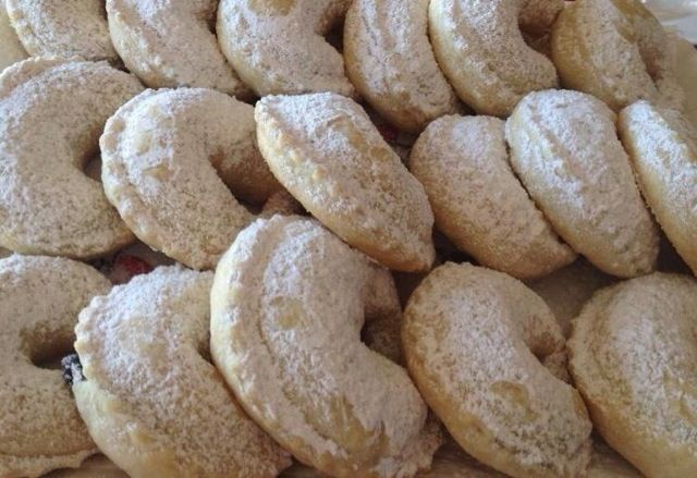 Sweeten up your weekend by making these delicious Tarallucci filled with jam. It is another typical desert served in Abruzzo, and they are best made with jam made from grapes.