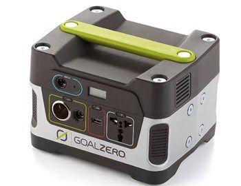 Μία φορητή ηλιακή γεννήτρια μπορεί να φανεί πολύ χρήσιμη σε μία έκτακτη διακοπή ρεύματος. H Goal Zero yeti 150 solar generator διαθέτει ειδικές υποδοχές για 12V, AC και USB και είναι κατάλληλη για φόρτιση laptop,