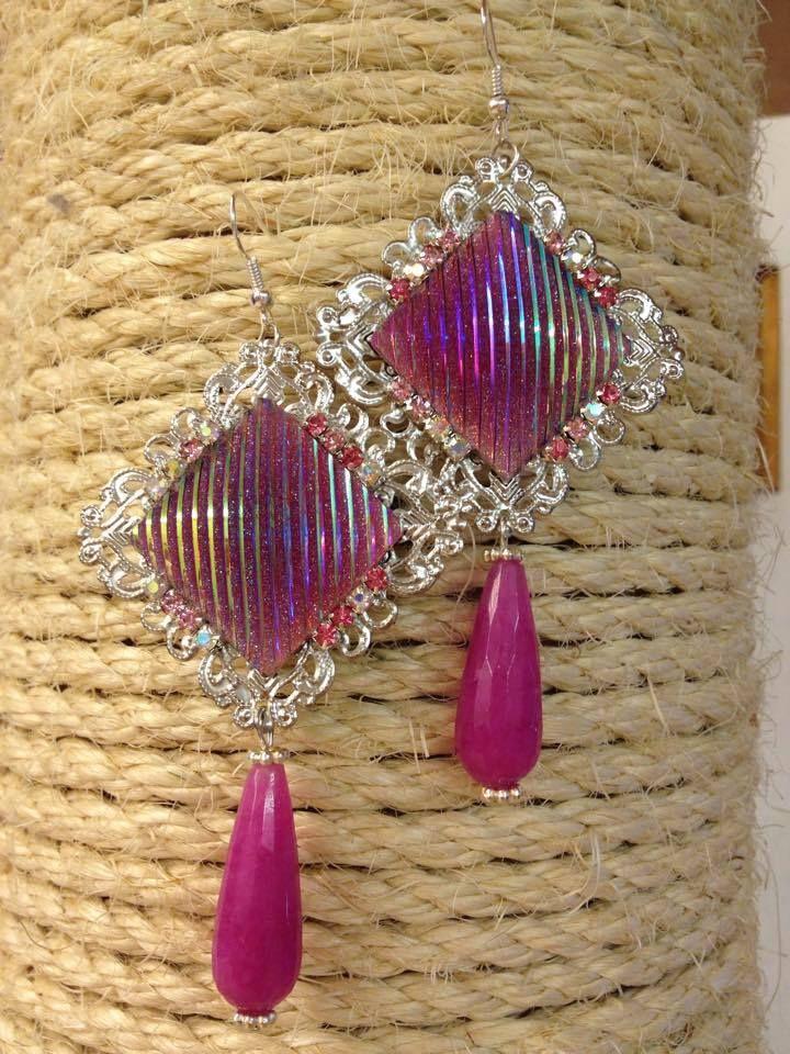 ORECCHINI con filigrana quadrata argento, cabochon quadrato perlato con glitter AB, elementi di catena strass gradazioni di rosa e gocce in radice di rubino sfaccettate.