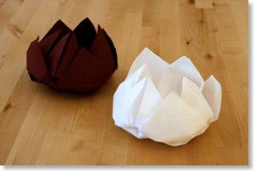 Décorer votre table pour Noël ou Nouvel An avec ce pliage de serviette en forme de lotus. DIY