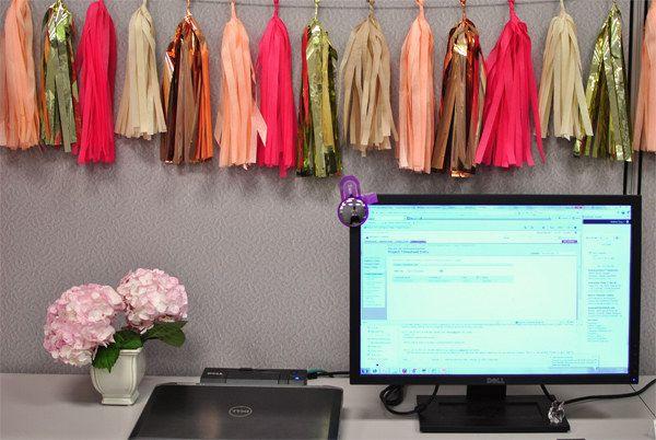 Acrescente algumas fitas decorativas. | 54 maneiras de deixar seu cantinho do escritório mais agradável