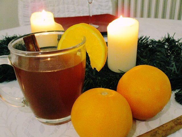 Συνταγή για ζεστό κρασί με πορτοκάλι, κανέλα, γαρύφαλλο, μέλι,πιπερόριζα (τζίντζερ). Ιδανικό για τις κρύες μέρες του χειμώνα, για τα χριστουγεννιάτικα τραπέζια και για το καλωσόρισμα των φίλων στο σπίτι τις γιορτινές ημέρες!