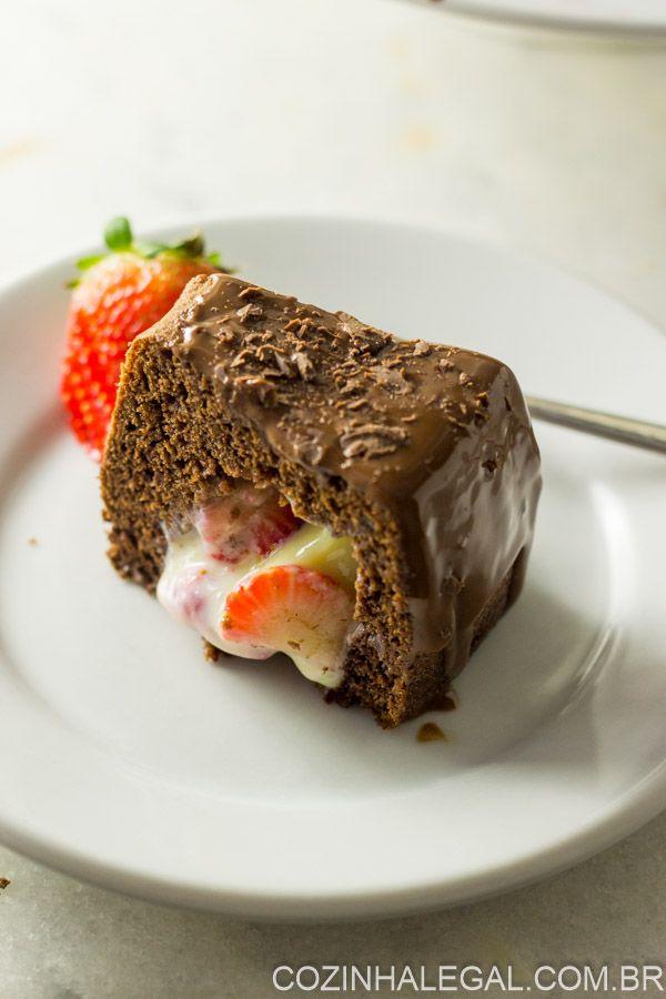 Receita de bolo de chocolate surpresa com brigadeiro branco e morango vai te surpreender por ser muito fácil de fazer. Além de ser lindo e muito gostoso   cozinhalegal.com.br