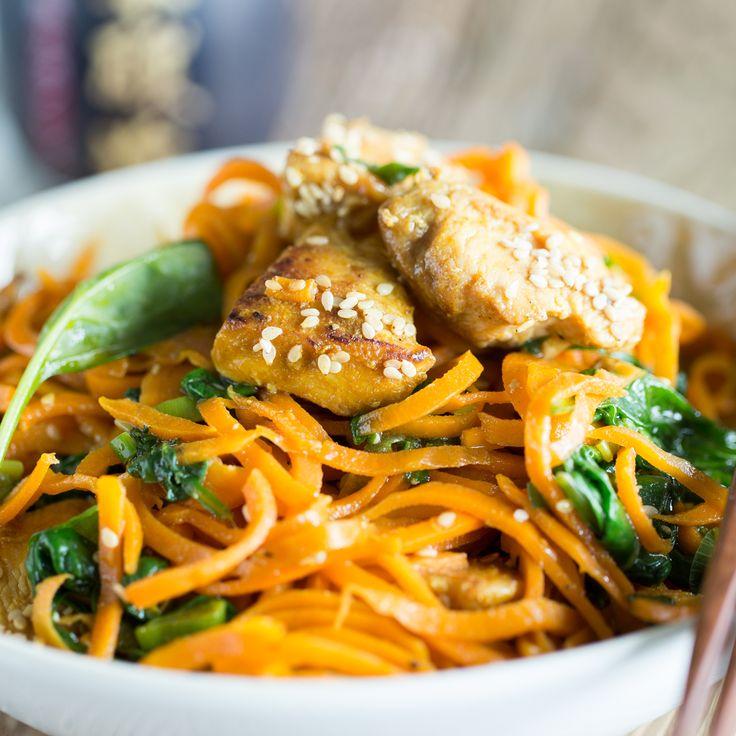 Nudeln ohne Kohlenhydrate dank Möhrenspaghetti aus dem Spiralschneider. In einer Pfanne mit Hähnchen und Spinat werden die Low-Carb-Nudeln zum Genuss.